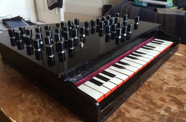 liam-lacey-vintage-toy-synthesizer-1