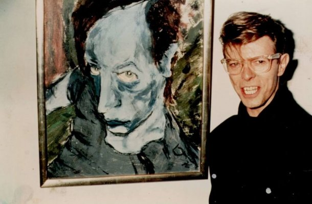 david-bowie-with-his-1976-painting-of-iggy-pop-portrait-of-j-o-1-1024x691