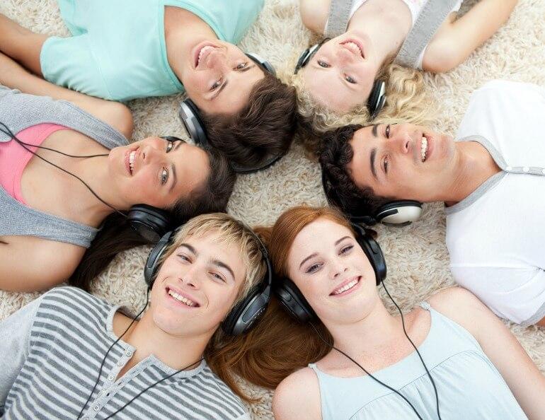 Teens-listening-to-music
