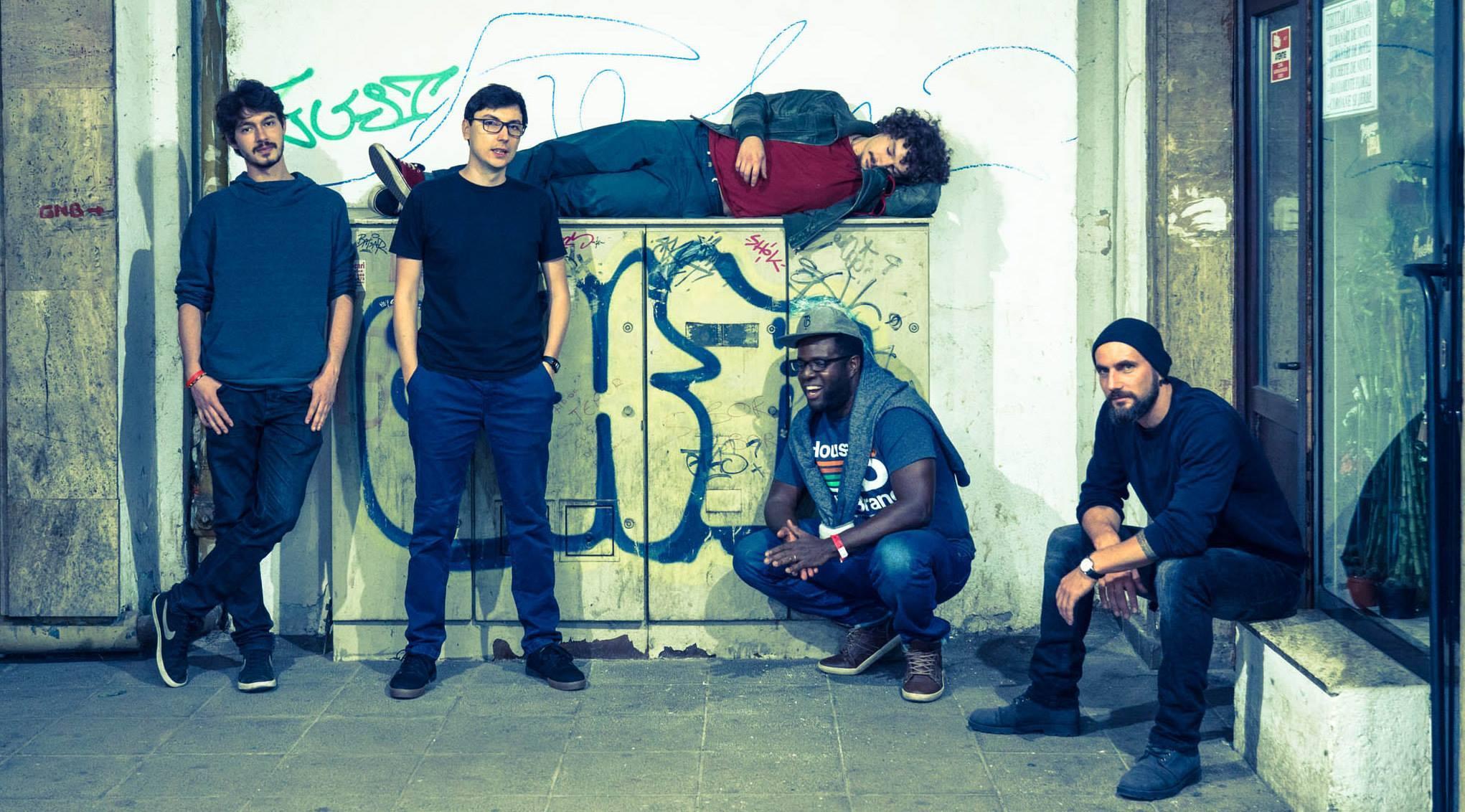 KRiSPER. De la stânga la dreapta: Alexandru Badea (tobe), Adi Stoenescu (pian), Michael Acker (bas), Harvis Cuni Padron (trompetă), Alexandru Arcuș (saxofon)