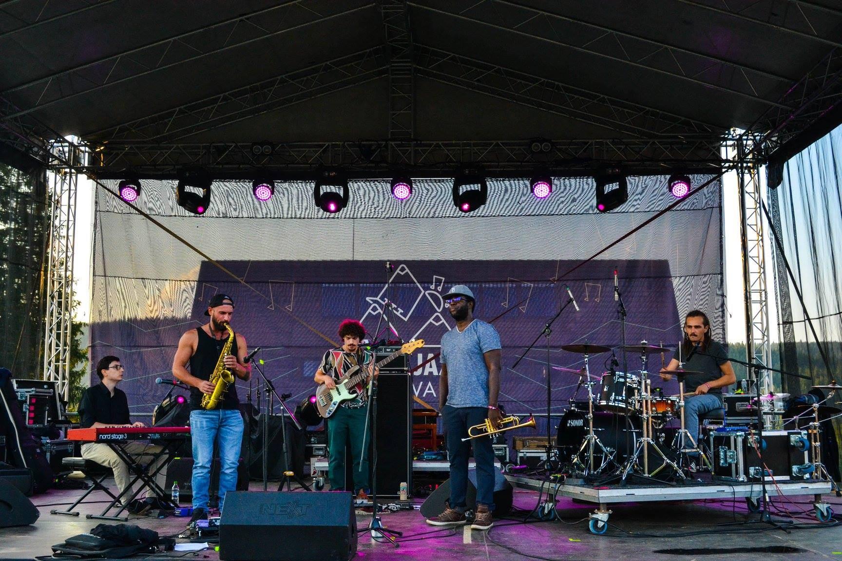 KRiSPER live. Harvis Cuni Padron (trompetă), Alexandru Arcuș (saxofon), Michael Acker (bass), Adi Stoenescu (Pian), Radu Pieloiu (tobe)